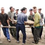 Волонтеры сооружают лестницу. Байкальский проект 2004