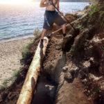 Создание каменного спуска к пляжу с опорной деревянной структурой.