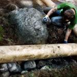 """Закрепление бревна для ряжа у опорного камня. Мост """"Спаси и сохрани"""", Байкальский проект 2009"""