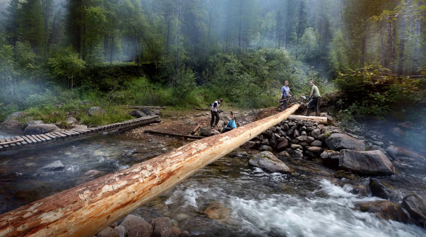 Укрепление берега и установка первого бревна моста.