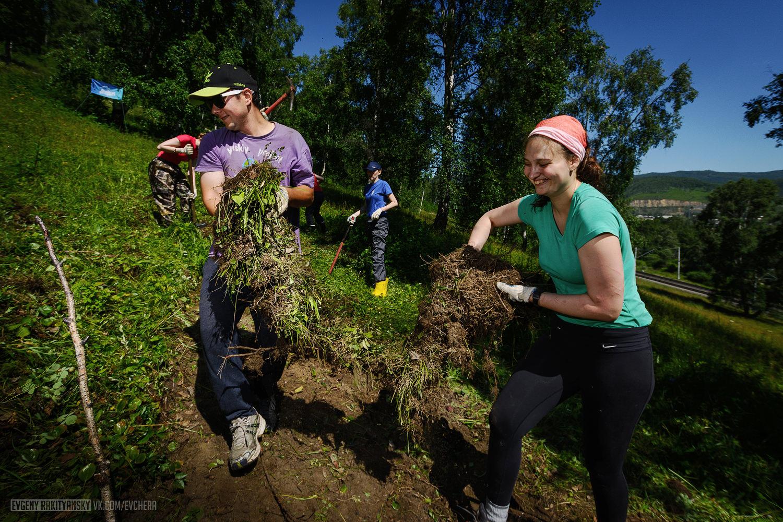 Руслан и Юля откладывают дерн, чтобы использовать на 4 этапе строительства тропы