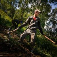 Ралиф, наш бригадир, работает на корнях.