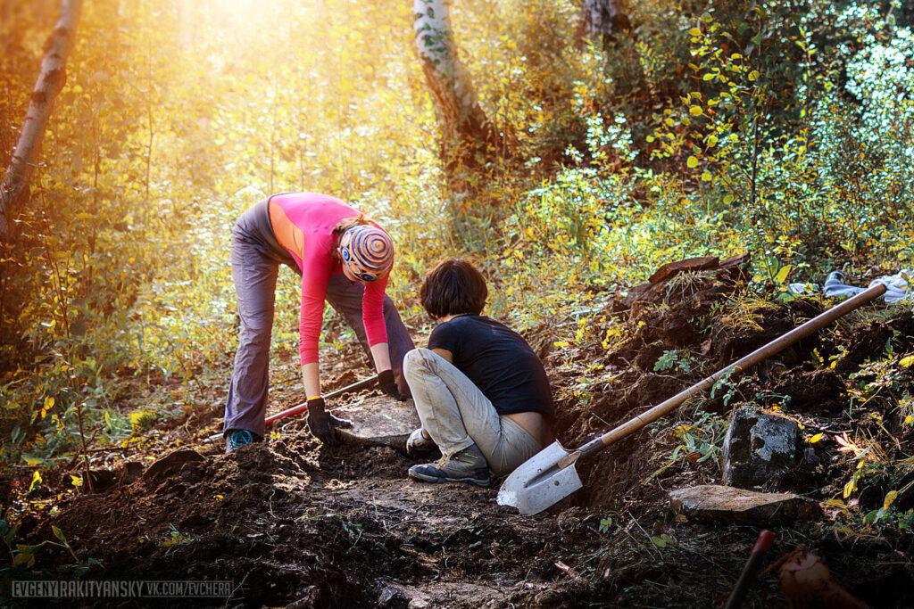 Надя и Ситора работают на тропе у обзорки №3