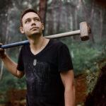 Александр, волонтер Байкальского проекта, строит экотропу в Слюдянском районе